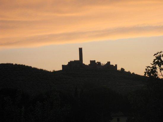 Agriturismo Il Moro : tramonto  al castello di Montecchio