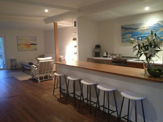 The Cape Beach House: breakfast bar and lounge