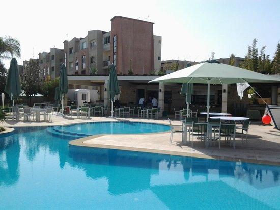 Avanti Mohammedia Hotel : Swimming pool & bar area