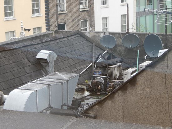 Camden Court Hotel : If you can over-look the rooftop mess, the view of the city is interesting.