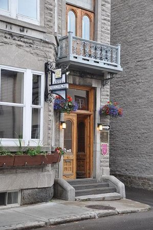 Hotel Acadia: Lovely window boxes at the door