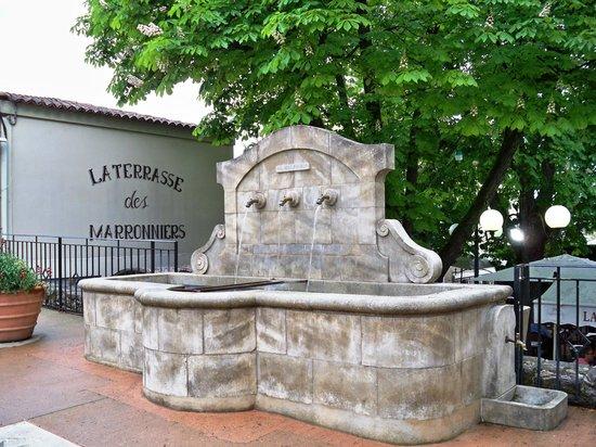 La fontaine devant la Terrasse des Marronniers