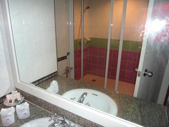 Wang Tai Hotel: Bathroom