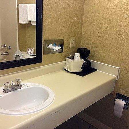 Fairview Inn and Suites: Fairview Inn Suites Jonesboro Bathroom