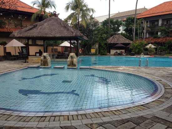 Hotel Santika Premiere Beach Resort Bali: Pool with swim-up bar right outside premiere rooms