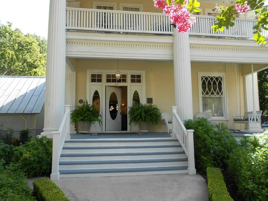 Eva's Escape at the Gardenia Inn : Front porch