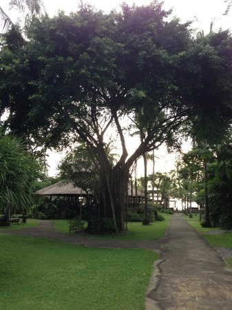 Hotel Santika Premiere Beach Resort Bali: This walkway leads right to the beach