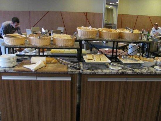Wyndham Golden Foz Suites: Buffet: Café da Manhã Hotel Slaviero Foz