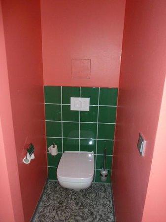 Ambassador Frankfurt Hotel: toilet