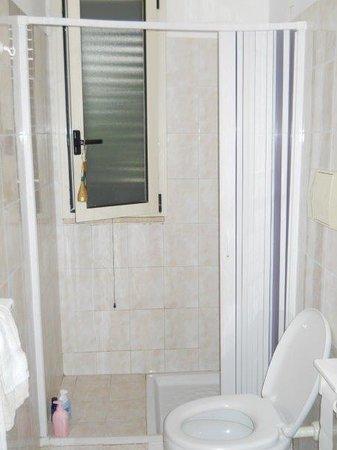 Residence Alba: ampia doccia anche se senza portasapone