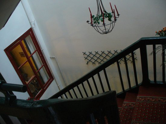 Hotel des Arceaux : Windows open to hotel staircase, but it is difficult to shut them