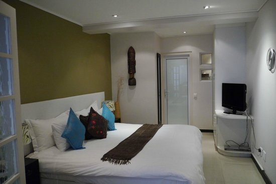 Primi Seacastle Guest House: Large bed in spacious Room 9.