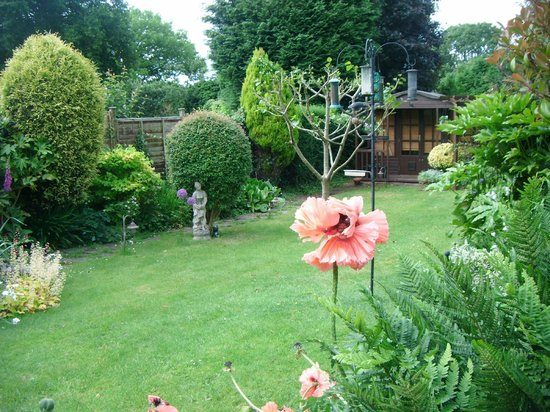 Sue Simmons Bed & Breakfast: Summer House in Garden