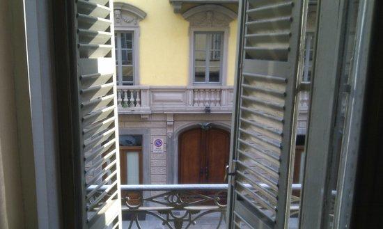 Hotel des Artistes : vue sur la Rue Principe Amedeo depuis le petit balcon de ma chambre