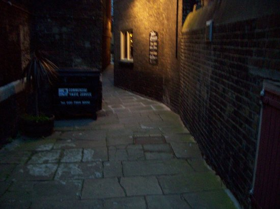 Town of Ramsgate: Path beside pub to the Thames