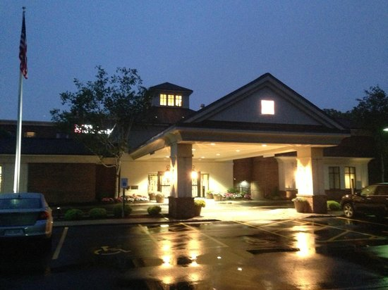 Hilton Garden Inn Rochester/Pittsford: Attractive and covered entrance.