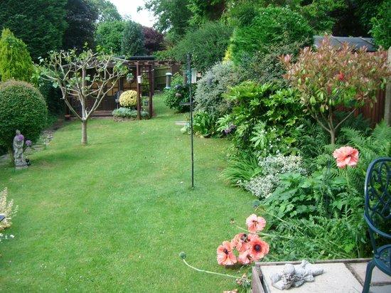 Sue Simmons Bed & Breakfast: A walk down the garden
