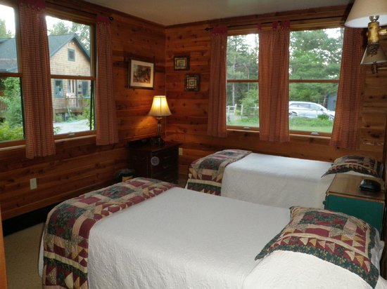 Prospect Point Cottages - Blue Mountain Lake: Bedroom w/ 2 twin beds