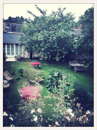 Aux Rives de Honfleur : La vue du sublime jardin