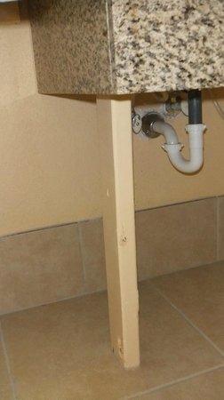 Westgate Myrtle Beach Oceanfront Resort: 2x4 holding up the sink.