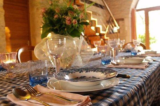Chambres d' Hotes La Vayssade: La table d'hôtes