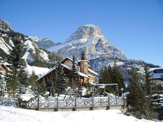 Pensione Edelweiss: Inverno con vista Sassongher