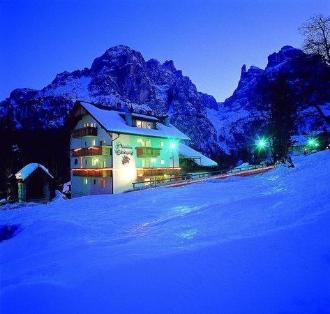 Pensione Edelweiss: Ripresa notturna invernale vista gruppo Sella