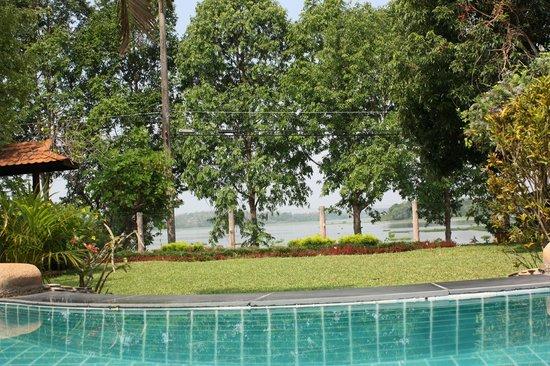 Viang Yonok Hotel, Restaurant, Sports Club: Sicht vom Pool Richtung See