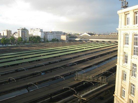 Mercure Paris Gare Du Nord La Fayette : Morning view from room to station Gare de l'Est
