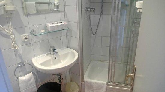 Hotel Elch: Das kleine aber saubere Badezimmer