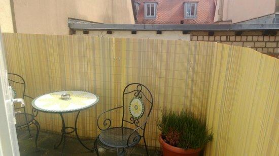 Hotel Elch : Der Balkon im Innenhof, der direkt durch das Zimmer erreicht werden kann.