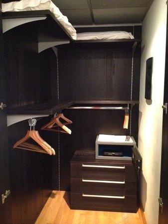 Camera sporca e letto attaccato al muro foto di excel - Lettino attaccato al letto ...