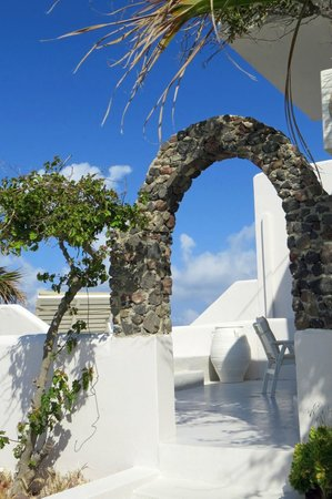 Santorini's Balcony: Archway leading to some upstairs rooms in the upper part of the hotel