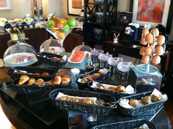 The Ritz-Carlton, Atlanta: Breakfast spread in the lounge