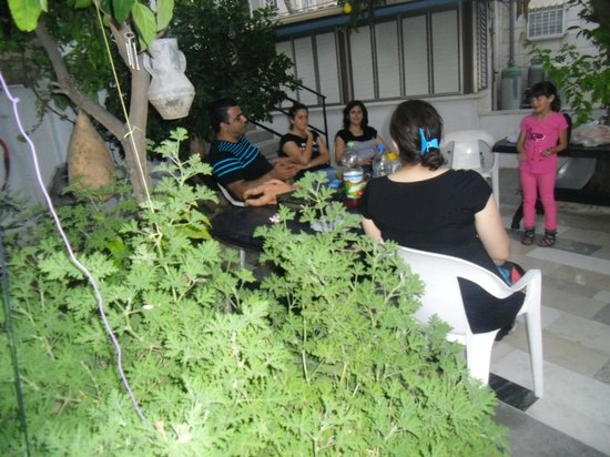 Cana Wedding Guest House: happy guests in the garden