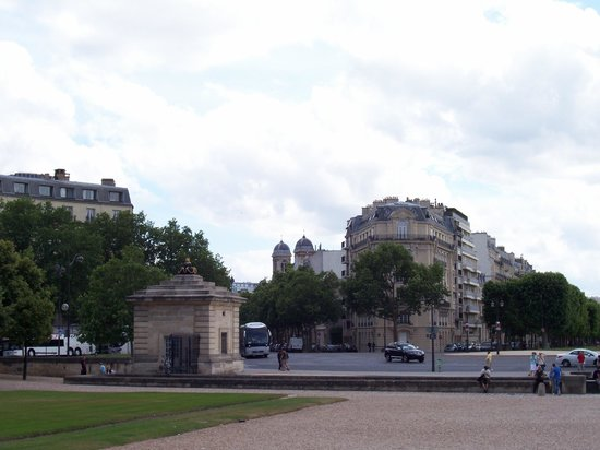 View of Le Vauban (to the right) from the plaza in front of Invalides
