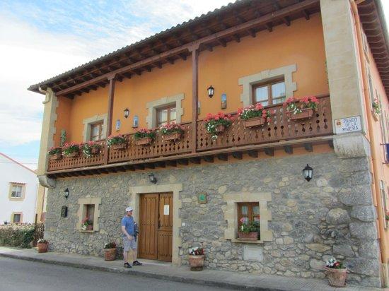 Posada la Rivera de Escalante: Outside of hotel (showing shared balcony)