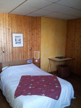 Carlit Hôtel : La chambre, pas du tout celle sur la photo