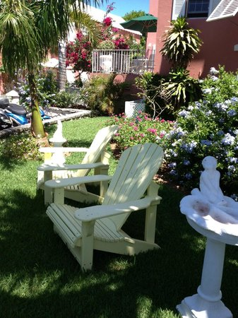 Royal Palms Hotel: quiet seating areas around grounds