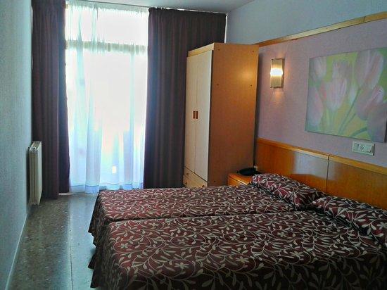 Hotel Esplendid: Номер (встроенный шкаф и стол со стулом не видно)