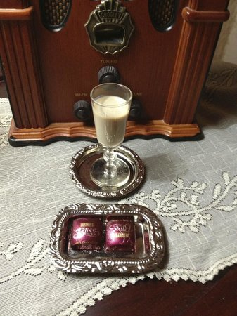 Alexander Mansion Bed & Breakfast: Enjoy complimentary wine and chocolates in the evening!