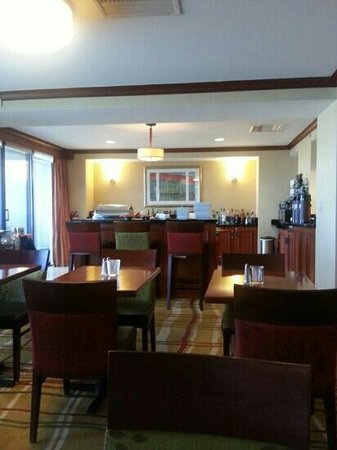 Denver Airport Marriott at Gateway Park: Concierge Lounge Evening Meal Time