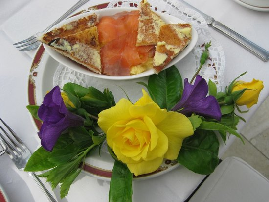 Glasha Farmhouse: Beautifully served breakfast of scrambled eggs with smoked salmon