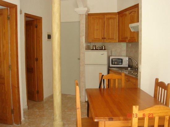 Checkin Bungalows Atlantida: Comedor, salón y cocina con columna en el centro