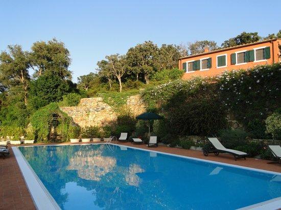 Le Sughere : het zwembad met daarachter een van de gebouwen