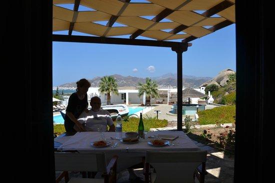 Kedros Villas: Vista dal patio al piano terra
