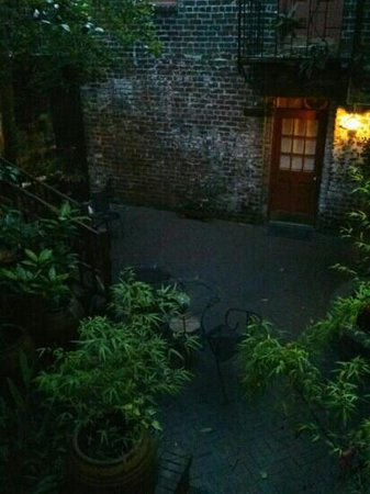 Savannah Bed & Breakfast Inn: courtyard