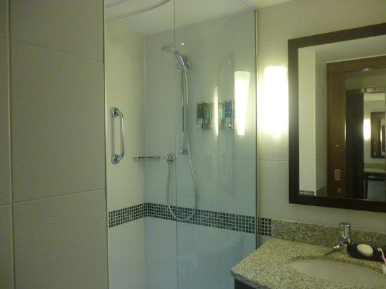 Hampton by Hilton London Croydon: Bathroom