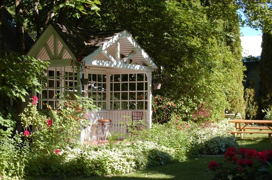Greenbriar Inn: CHARMING GARDEN GAZEBO