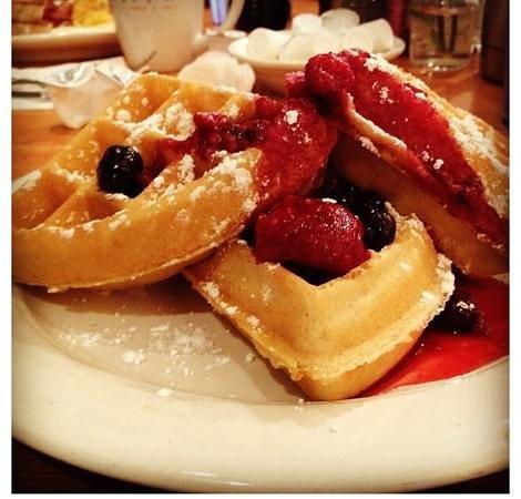 Cheese House Inn: tipple berry waffle!